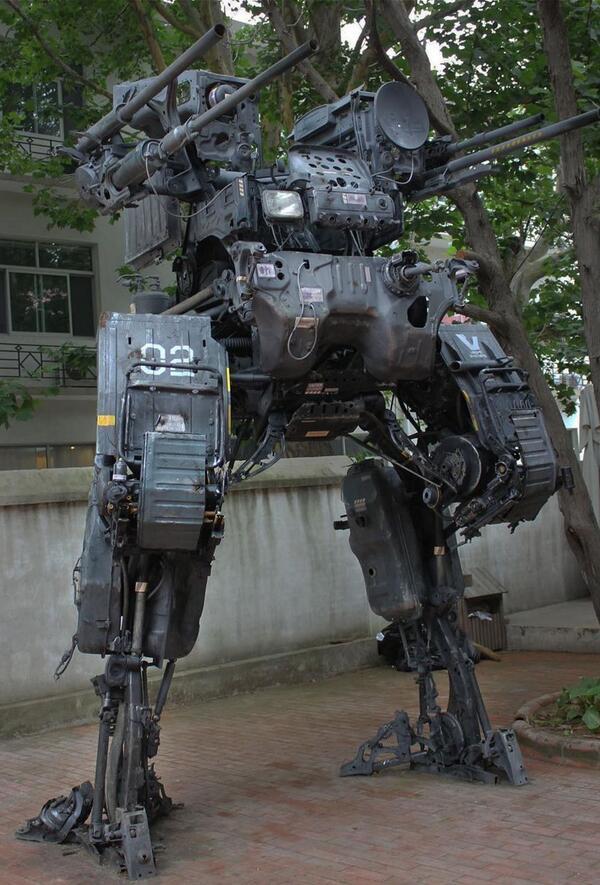 MA-TP(モビル・アーマード・タクティカル・プラットフォーム)。中華人民共和国のProgVさんが父親が所有する日産のトラックを基にして制作したアート。設定としては対歩兵用として使用される兵器とのこと。