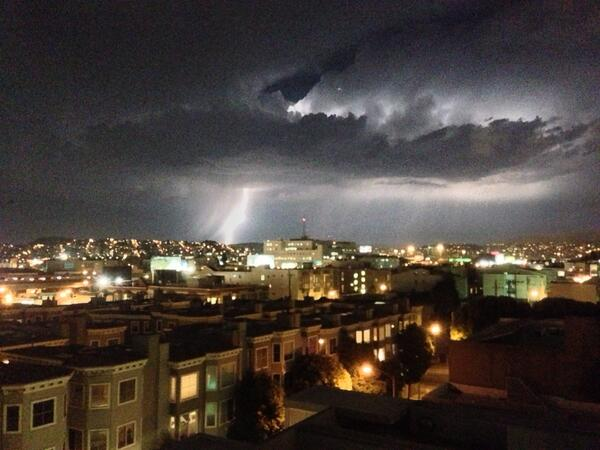 Lightning over San Francisco #nofilter pic.twitter.com/ZtP63yHYq2
