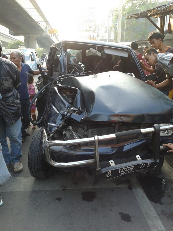 #Nganu gan, ada KRL tabrak Panther di Jakarta Utara