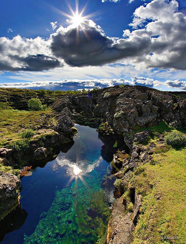 アイスランドを撮影旅行中です。写真は大地の裂け目。ここは新しいプレートが生まれる激動の場所であるはずなのですが、静かで、まるで天国のような光景。