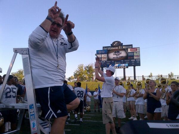 @ZipsFB Coach Bowden leading the band and players during the fight song #NewRooWeekend http://twitter.com/ZipsFBVideo/status/371064834579636224/photo/1
