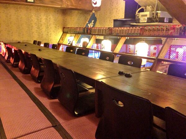 좌식 테이블. 좌식 의자. 많은데. 다 버릴거임. 혹시 필요한사람 가져가세요. 위치 서초구 신사역 근처. http://t.co/bdDNG1j6Up