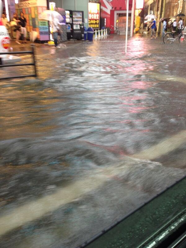 梅田のラウンドワン前がが川になってる!みなさん!雨大丈夫?