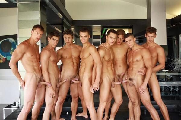 Роликовые видео мужики голые, из влагалища течет конча фото