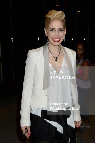 @ENews Vanessa Bayer presenting Miley Cyrus as Miley... that was #prettycool!: http://twitter.com/joseramonmarmtz/status/371870844701511680/photo/1 #SNL #vmafav