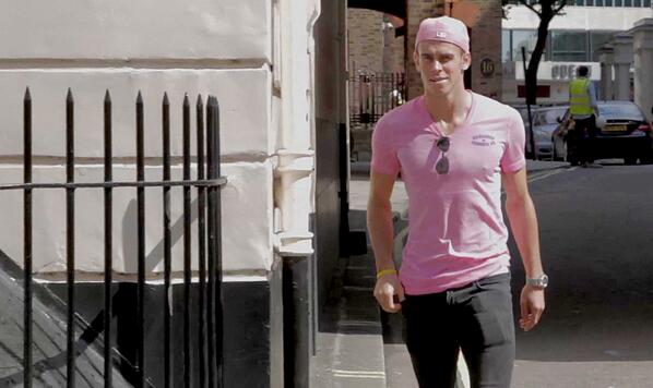 Tottenhams Bale snapped with his agent wearing matching pink hat & t shirt [Pictures]
