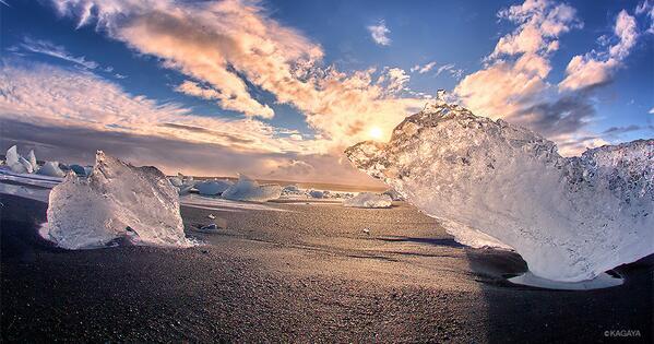 夕日に照らされて輝く巨大な宝石たち。 海岸には氷河湖から流れ出たたくさんの氷が打ち寄せられていました。
