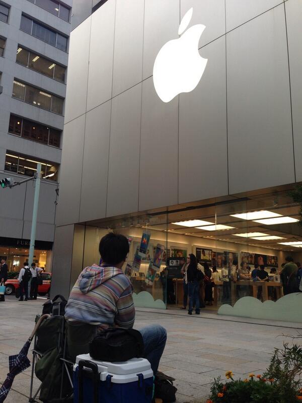 取り敢えず1番席取れたんで、iPhone5s発売までの10日間銀座Appleストアに並びます。結構きついかも(笑