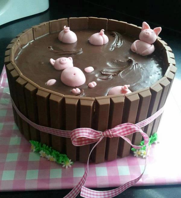 幸せそうな子ブタたちのチョコレートケーキ