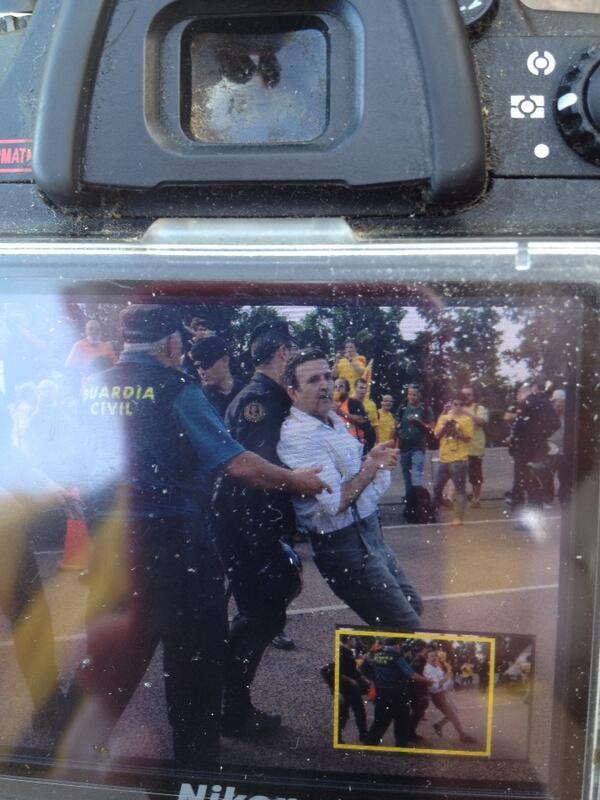 La Guàrdia Civil ha detingut a Alfons López Tena al tram valencià de la Via Catalana diuen testimonis visuals http://twitter.com/deshabitat/status/377823672368910336/photo/1
