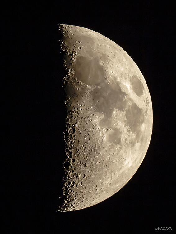 南西の空をごらんください。上弦の月が見えています。双眼鏡や望遠鏡をお持ちの方はぜひのぞいてみてください。たくさんのクレーターが見えますよ。(写真は先ほど撮影したものです)