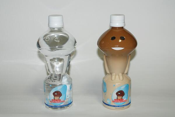 なめこボトルのミネラルウォーター見つけたので、空のボトルにミルクとコーヒーがセパレートになるよう注いで、目と口つけてみたら意外な再現度。