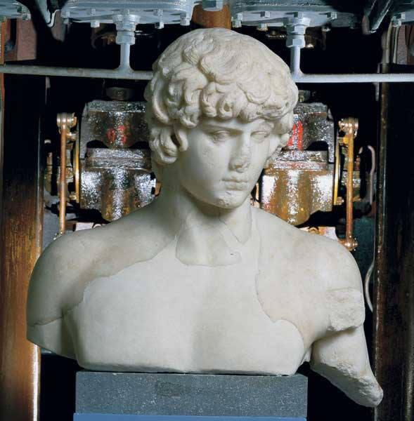 Oggi vi presentiamo la statua di #Antinoo nella collezione della Centrale Montemartini a #Roma bit.ly/18ktP0w http://twitter.com/museiincomune/status/374821453905920000/photo/1