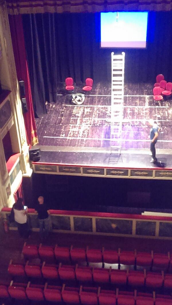 """@letiziasechi e @gg controllano l'allestimento del bellissimo teatro di Potenza per """"Presente Avanzato"""" #pzsmart http://twitter.com/CarloFelice/status/375195890136670209/photo/1"""