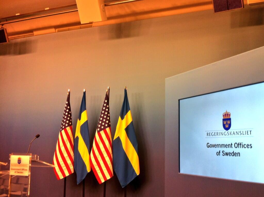 Så börjar journalisterna ta plats i Rosenbad där presskonferensen med Fredrik Reinfeldt och Barack Obama ska hålla gemensam presskonferens. (Waiting for POTUS... :) pic.twitter.com/DJFvf4tnx4)