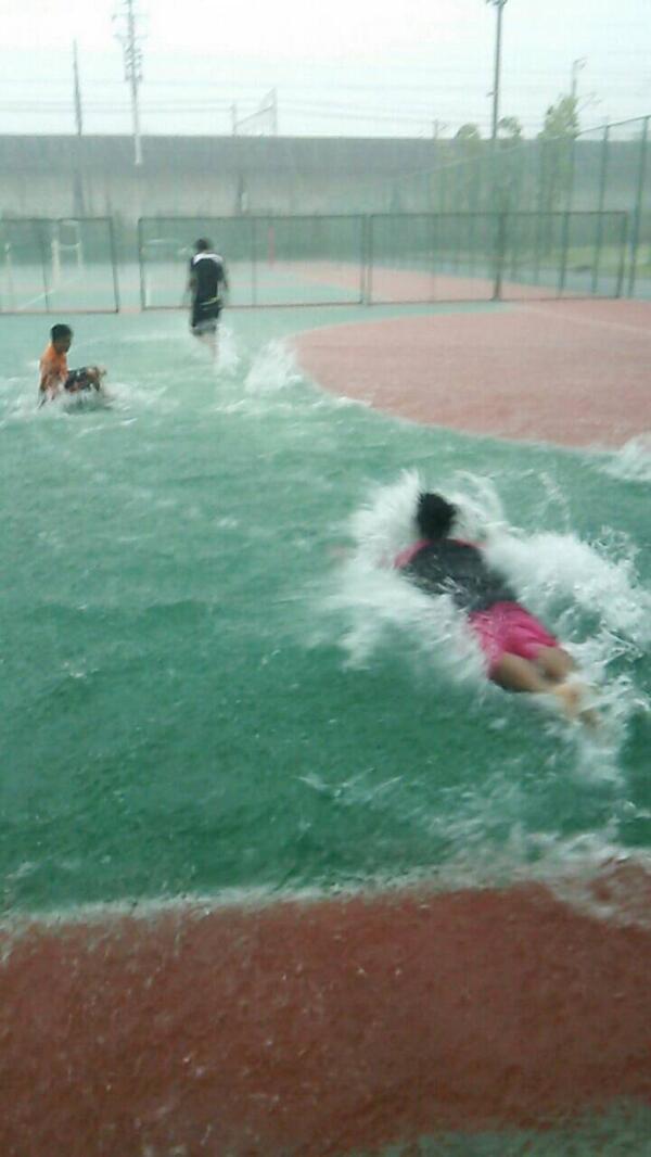 南校庭で泳ぎなう