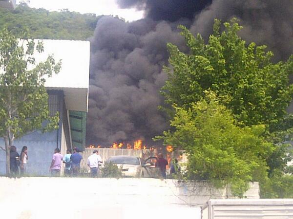 Zona industrial castillito valencia esta siendo consumida por las llamas http://twitter.com/mison62/status/375276236731207681/photo/1