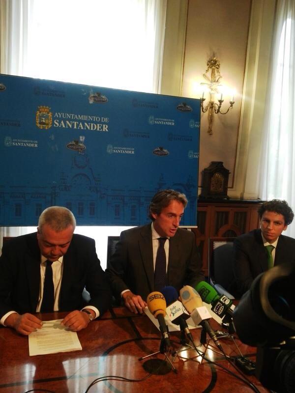 Santander contará cn un evento Fiware en octubre #apps Foto: @vcalvosotelo, el alcalde d Santander y @cesarmiralles http://twitter.com/redpuntoes/status/375557526458482688/photo/1