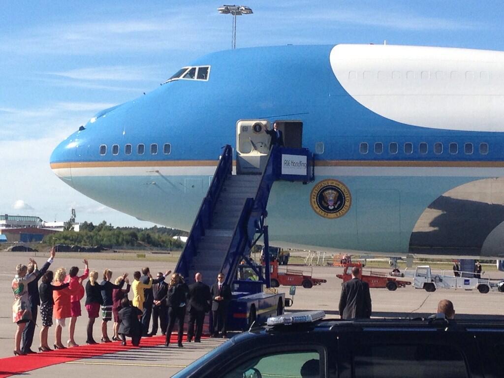 Obama vinkar hej då till Sverige. Foto: Lotta Myhrén/Sveriges Radio.