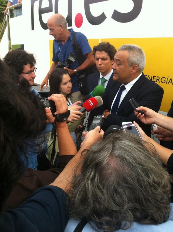 El setsi @vcalvosotelo atiende a los medios frente a la #teleconeta de Red.es #telco27 http://twitter.com/redpuntoes/status/375586899211337728/photo/1
