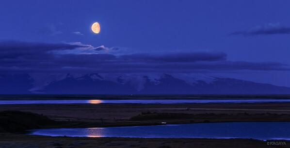 アイスランドの夏、夕陽を見てすぐかけこんだレストランは閉まりかけ。それもそのはず、日没が21時過ぎだから。かろうじてあるものをいただきながら、夕暮れの窓を見ると、この形の月が日本では考えられない角度で昇ってきました。