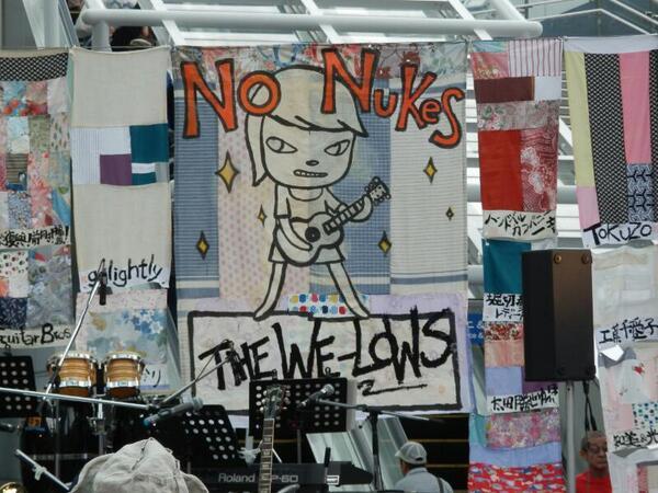 奈良さんが絵を描いて大友さんが字を書いた旗。 #AT2013 http://t.co/puE979JoXi