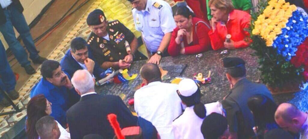 "Usan la tumba de Hugo Chávez como ""mesa""? BTnM_2DCUAAllJc"