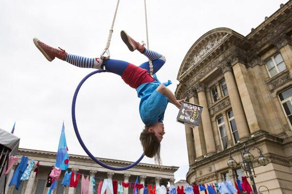 We love books in Brum, upside down, inside out. #bham4sq fun continues in city centre, celebrating @LibraryofBham http://twitter.com/urbancomms/status/376657702505959424/photo/1