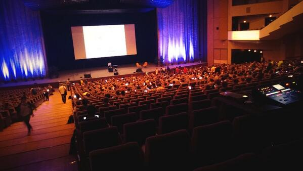 There's something very pretty about a room filling up with glowing screens. #DrupalCon http://twitter.com/FilipNest/status/382398310612353024/photo/1