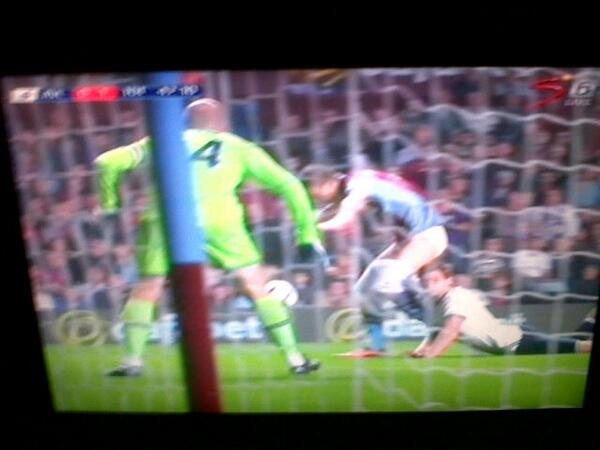 EPIC LOLZ Picture! Jan Vertonghen pulls down the shorts of Nicklas Helenius