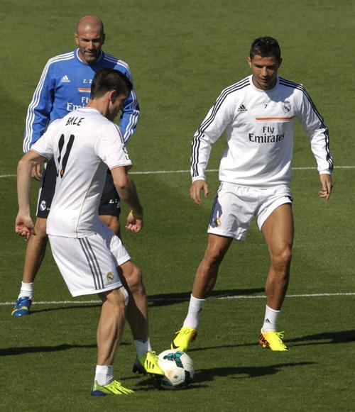 In full: Gareth Bales first training session at Real Madrid (including the Ronaldo nutmeg)