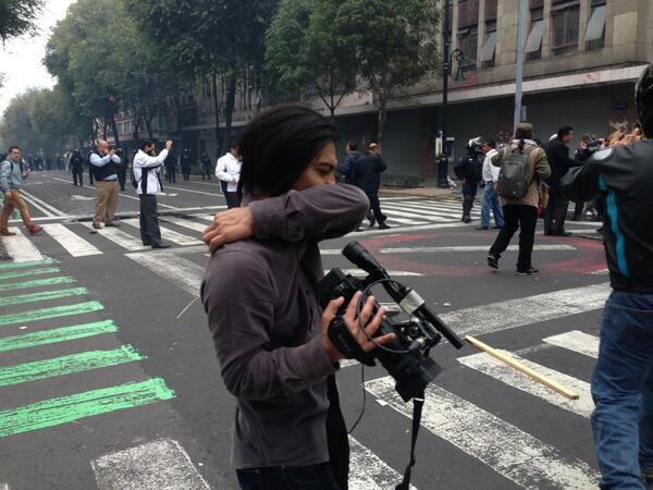 RT: @Milenio #FOTO: Uso de gas lacrimógeno afecta a personas en inmediaciones del #Zócalo #CNTE http://twitter.com/Milenio/status/378631814174081024/photo/1 #ntr
