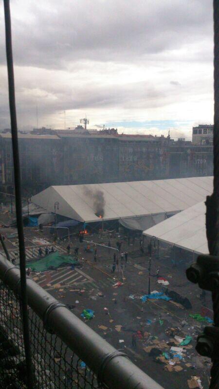 RT: @diario24horas #CNTE momento en que prendieron fuego a la carpa, la señal que esperaba PF para entrar http://twitter.com/diario24horas/status/378635027375874050/photo/1 #ntr