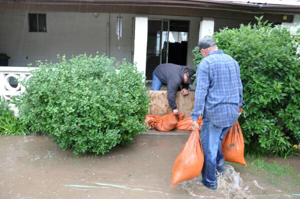 A home near La Salle gets sandbags as South Platte flood waters rise. #cofloods http://twitter.com/northfortynews/status/378668169289670656/photo/1