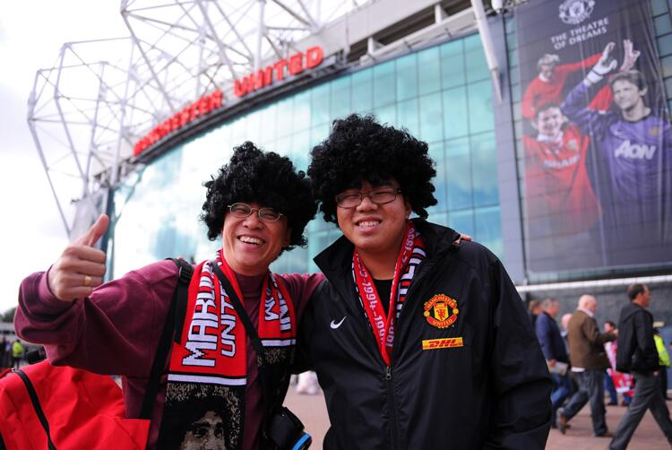 Man United fans buy Fellaini wigs being sold outside Old Trafford