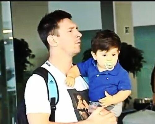 Thiago makin ganteng;) RT @IndoLovesMessi: #MessiPic - Messi and Thiago arrived in Barcelona yesterday! <br>http://pic.twitter.com/vuRS0BZZm3