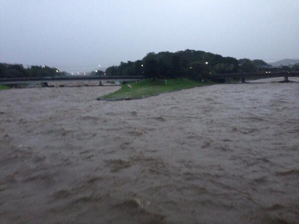 宿前の鴨川の風景。飛び石が完全に消えています。