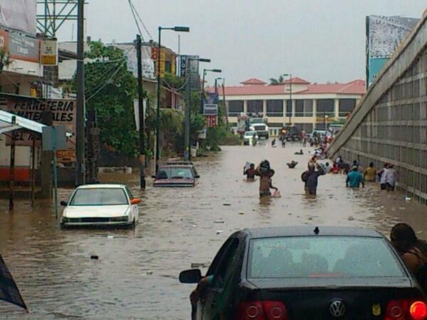 """Más imágenes de #Acapulco, la situación es grave.. http://twitter.com/SkyAlertStorm/status/379351397646356480/photo/1"""""""