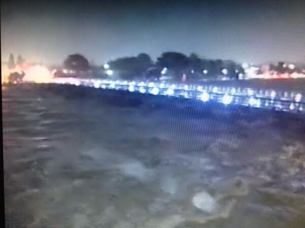 京都嵐山にある渡月橋が台風で流されそうです!!桂川が氾濫しそうとのこと!ライフカメラの映像です!見えにくいですが、、避難勧告が出ました!!