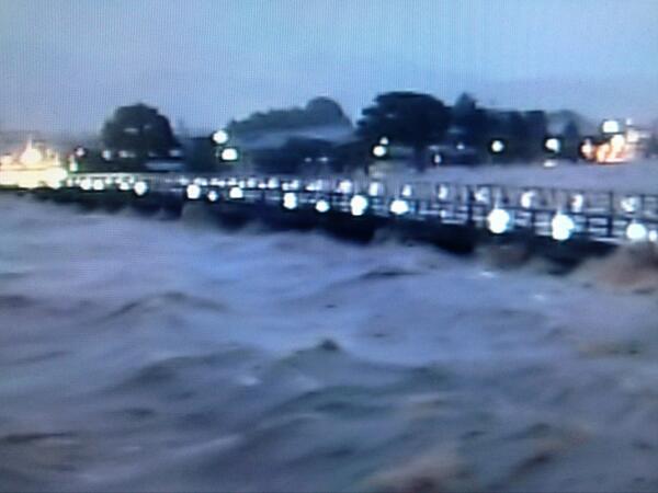 京都に特別大雨警報です。KBS京都のライブ映像で渡月橋がえらいことになっています。波打ってます…ほかの川の状況も気になるところです。