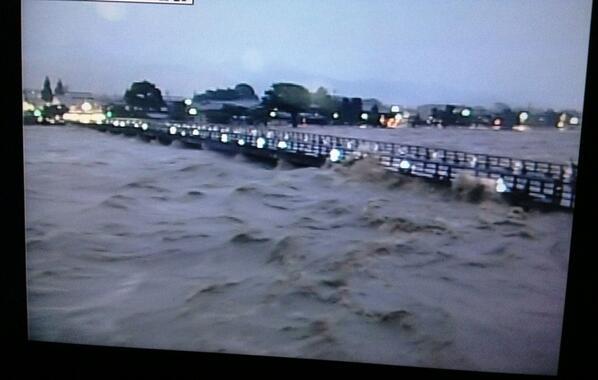 警報で目を覚ましました。渡月橋が大変なことになっています。非常に危険です。#京都