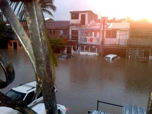Tuiteros difunden fotos de las inundaciones en Acapulco... Por Pie de La Cuesta el agua rebasa el metro y medio http://twitter.com/PedroFerriz/status/379423948397481984/photo/1