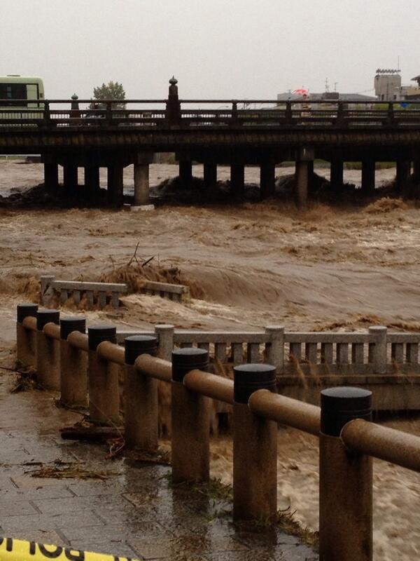 三条大橋の下りる所の小橋、崩壊。災害です。