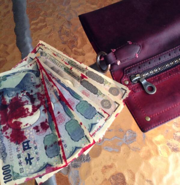 昨日の台風で財布濡れてる事に気付かずに放置してたらお札に財布の色が色落ちしてて困った。健全なお金なんです信じて。
