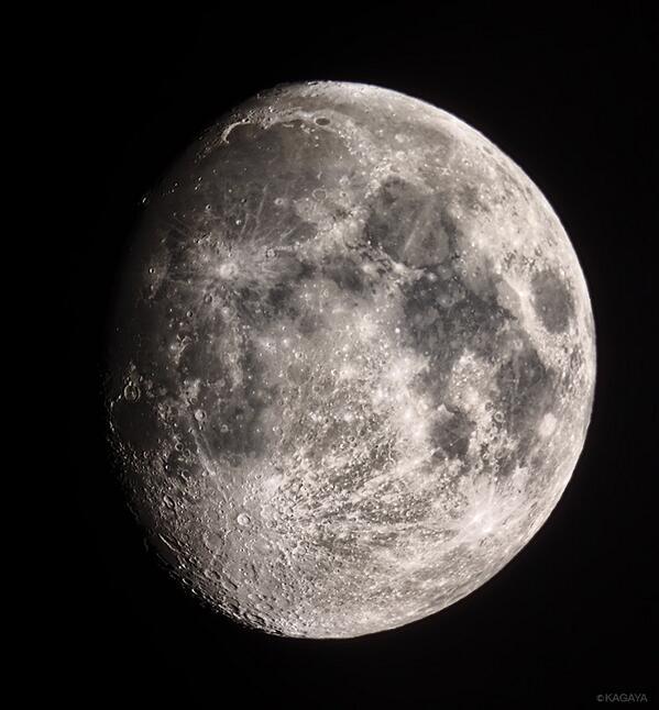 さきほど撮影した月です。左上の鎌状の地形が「虹の入り江」。双眼鏡や望遠鏡を使うとみえます。中秋の名月はいよいよ今週9/19です。