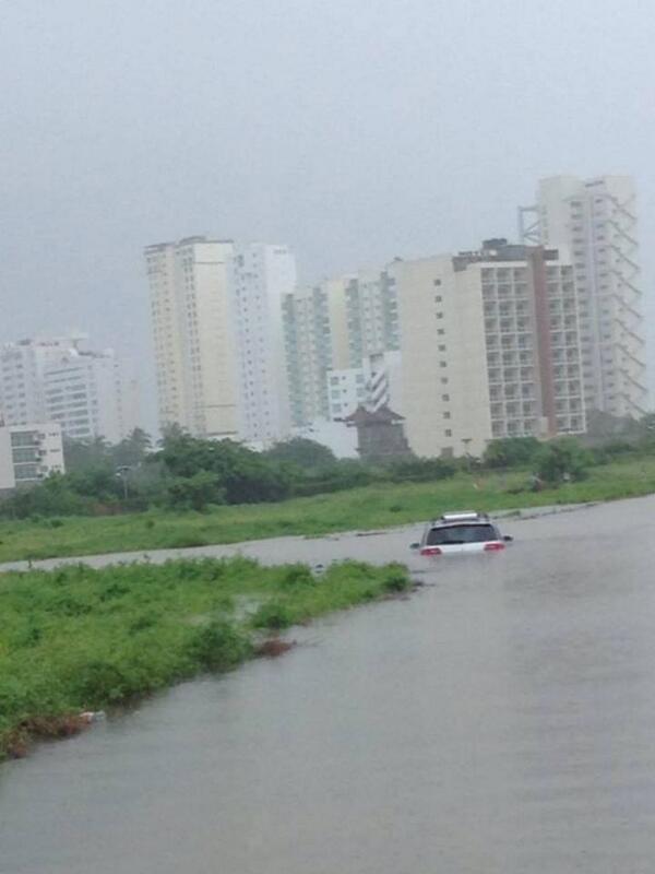 Así esta la zona de Acapulco Diamante en este momento, sigue lloviendo. #AcapulcoSOS http://twitter.com/SkyAlertStorm/status/379645363226812416/photo/1