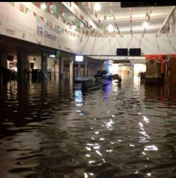 """""""@maalessandri: Así esta el aeropuerto en acapulco guerrero ! Dios mío http://twitter.com/maalessandri/status/379775324868722688/photo/1""""  Terrible"""