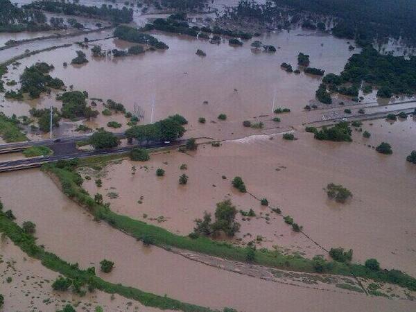 La extensión de viviendas, negocios, calles y puentes bajo el agua en Acapulco, es impactante. http://twitter.com/SkyAlertStorm/status/379723147718950912/photo/1