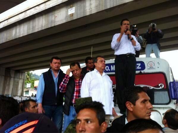 Enrique Peña Nieto arriba d 1 urbano en #Acapulco ojala la ayuda llegue hasta el ultimo rincón y no sea solo la foto http://twitter.com/karlabarretto/status/379764882716909568/photo/1