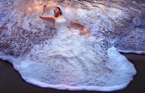 波のウエディングドレス